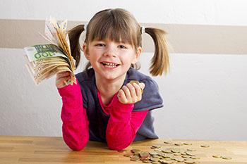 Kind freut sich über viel Geld